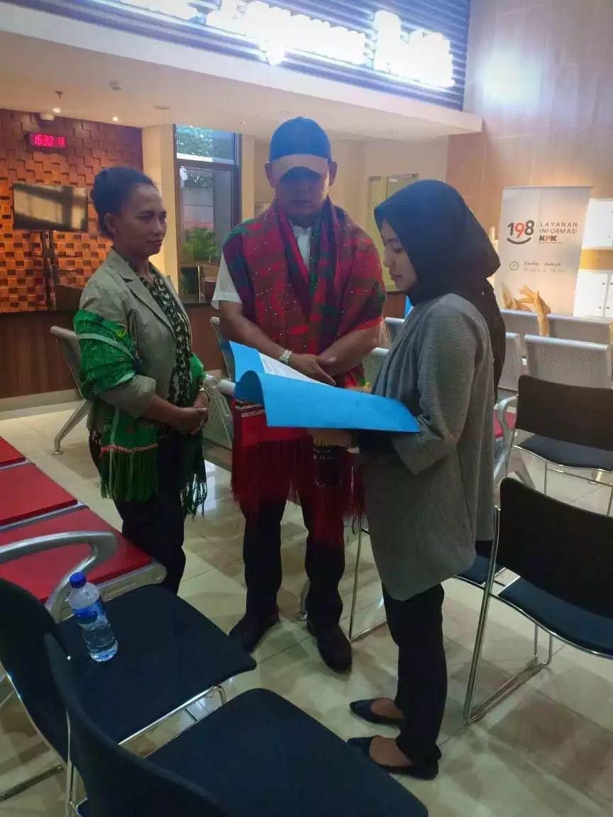 Gus Monang menyerahkan Surat Aliansi masyarakat Sumut ke KPK